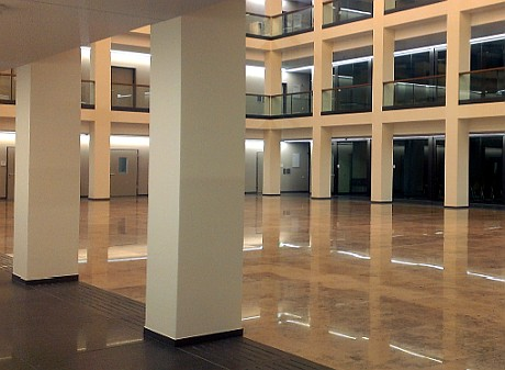 View in the atrium of the research building CharitéCrossOver; Foto: A. Patzak
